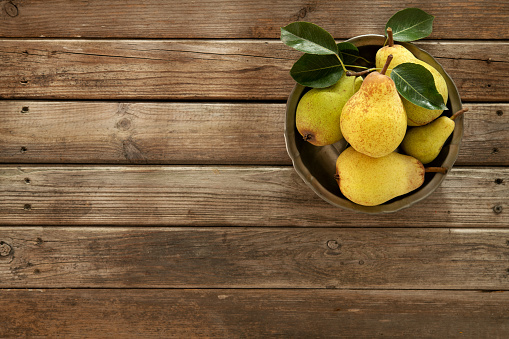 Pear「Fresh Organic Pears On An Old Wooden Background」:スマホ壁紙(10)