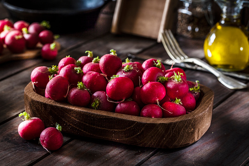 Radish「Fresh organic red radish shot on rustic wooden table」:スマホ壁紙(0)
