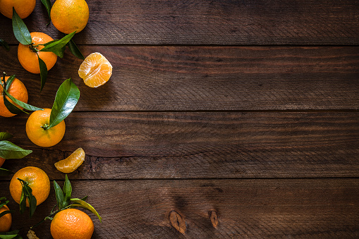 Plank - Timber「Fresh organic tangerines with copy space on rustic wooden table」:スマホ壁紙(17)