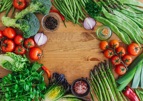 Asparagus「Fresh organic vegetables on a wooden background」:スマホ壁紙(7)