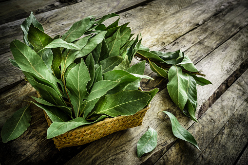 Bay Leaf「Fresh organic bay leaves on rustic wooden table」:スマホ壁紙(10)