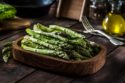 Asparagus「Fresh organic asparagus shot on rustic wooden table」:スマホ壁紙(17)