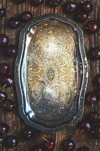 Cherry「暗い素朴な金属板の新鮮な有機チェリー。」:スマホ壁紙(18)