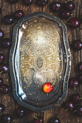 Cherry「暗い素朴な金属板の新鮮な有機チェリー。」:スマホ壁紙(16)