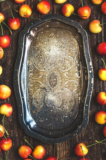 Cherry「暗い素朴な金属板の新鮮な有機チェリー。」:スマホ壁紙(17)