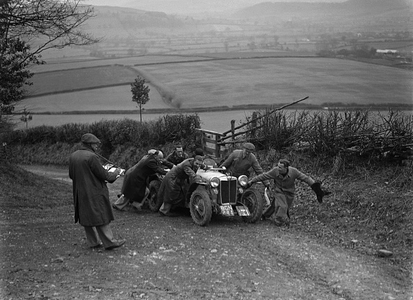 Country Road「MG PB of K Scales getting a push during the MG Car Club Midland Centre Trial, 1938」:写真・画像(4)[壁紙.com]