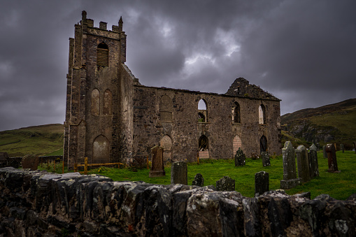 Abbey - Monastery「Ruins of Kilchoman Parish Church and graveyard cemetery under stormy sky.」:スマホ壁紙(18)