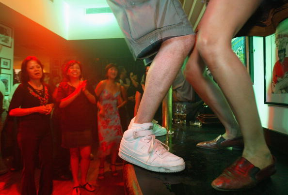 Focus On Foreground「Bar Top Dancing Legalised In Singapore 」:写真・画像(2)[壁紙.com]