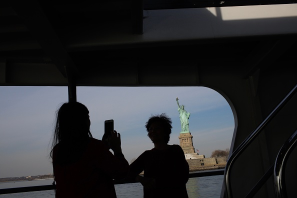 Eduardo Munoz Alvarez「Statue Of Liberty Closed Due To Government Shutdown」:写真・画像(1)[壁紙.com]