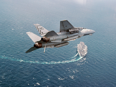 Approaching「An F-14A Tomcat eturns to USS Nimitz after Operation Southern Watch.」:スマホ壁紙(12)