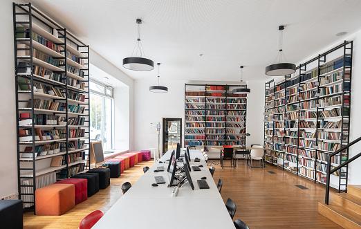 Bookstore「Empty library at a school」:スマホ壁紙(8)