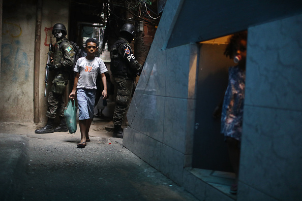 People「Army Troops Called In To Rio's Rocinha Favela To Quell Violence」:写真・画像(9)[壁紙.com]
