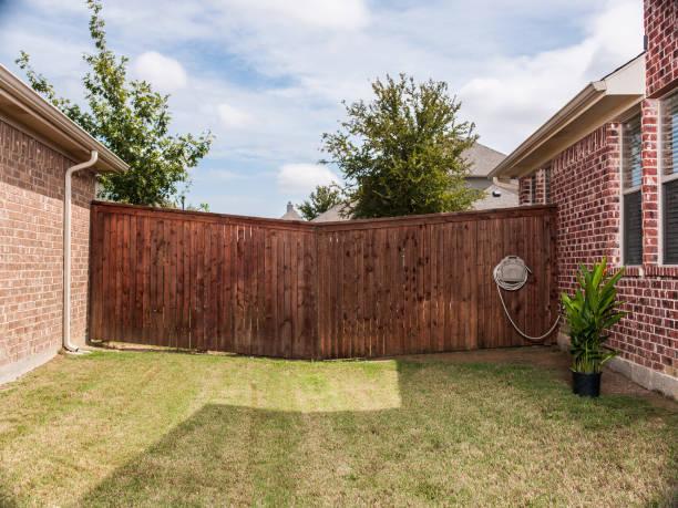 Unusual fence in between 2 brick homes:スマホ壁紙(壁紙.com)