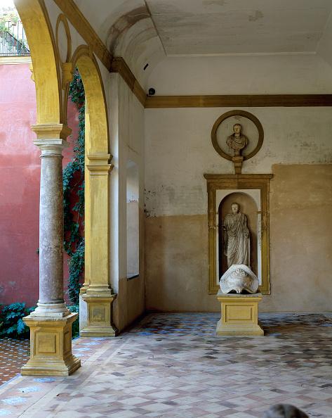 Casa De Pilatos「Statue and pillars in patio with tile flooring」:写真・画像(1)[壁紙.com]