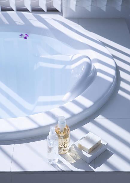 Bathtub and toiletries:スマホ壁紙(壁紙.com)