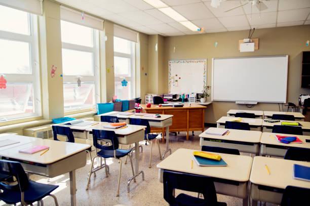 Empty elementary classroom during recess.:スマホ壁紙(壁紙.com)