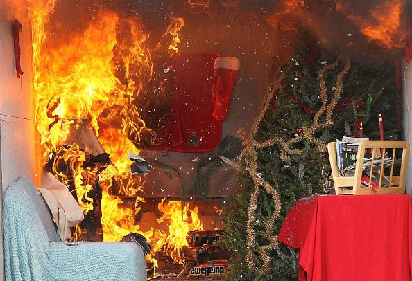 Safety「Fire Department Demonstrates Proper Holiday Fire Safety Tips」:写真・画像(15)[壁紙.com]
