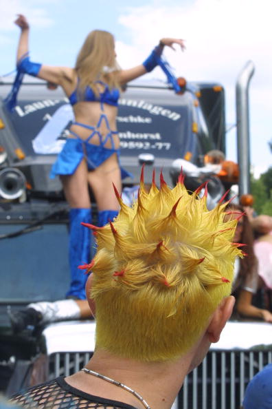 Focus On Foreground「Berlin's Love Parade Draws Hundreds Of Thousands」:写真・画像(12)[壁紙.com]