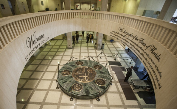 """Tallahassee「Pole Of Beer Cans Erected In Florida Capitol Celebrating Irreverent """"Festivus""""」:写真・画像(5)[壁紙.com]"""