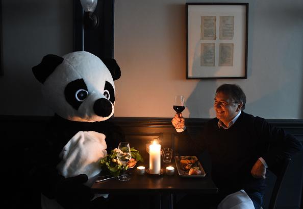 Stuart C「Raymond Blanc Sparks 'Pandamonium' In Race To Book Earth Hour Candlelit Dinner」:写真・画像(16)[壁紙.com]