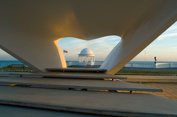 Water's Edge「Bandstand And Seafront Shelter In Front Of The De La Warr Pavilion」:写真・画像(18)[壁紙.com]