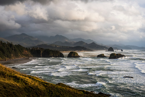 Cannon Beach「Clouds hang low over the Oregon Coast」:スマホ壁紙(8)