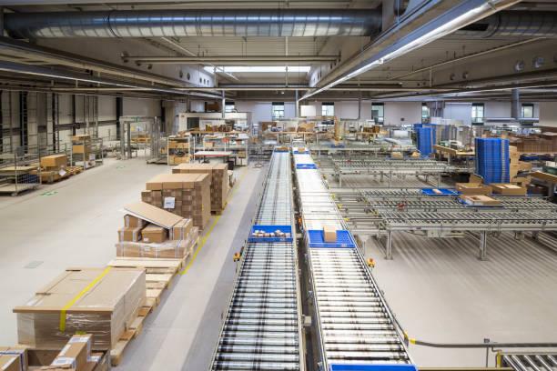 Conveyor belt in factory shop floor:スマホ壁紙(壁紙.com)
