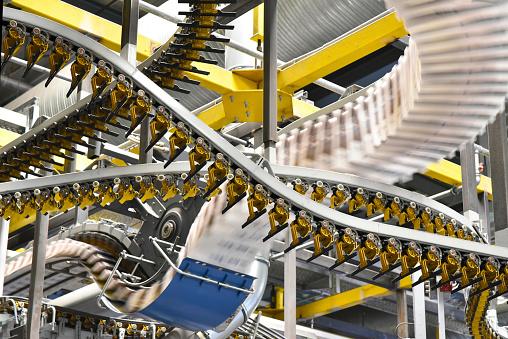 機械「Conveyor belts with newspapers in a printing shop」:スマホ壁紙(13)