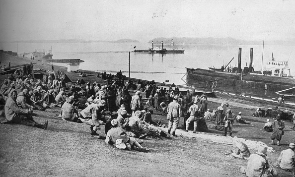 Water's Edge「Austrian Prisoners Taken By Serbians Resting At Mid-Day On The Banks Of The Danube 1915」:写真・画像(16)[壁紙.com]