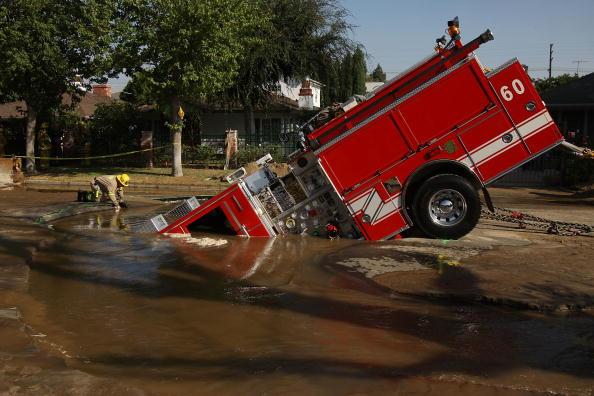 Street「Fire Truck Trapped In Giant Sinkhole」:写真・画像(9)[壁紙.com]