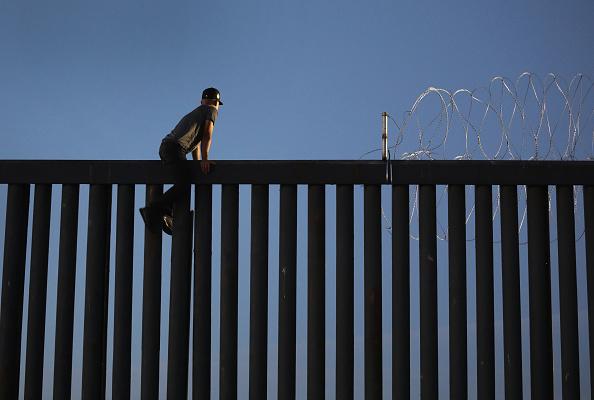 Fence「Immigrant Caravan Members Arrive At U.S.-Mexico Border」:写真・画像(5)[壁紙.com]