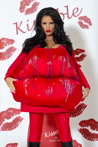 Ben Pruchnie「Katie Price Launches Her New Fragrance 'Kissable' - Photocall」:写真・画像(5)[壁紙.com]