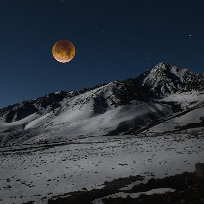 Moon「Super blue blood moon over Sierra Nevada Mountain range, California, America, USA」:スマホ壁紙(16)