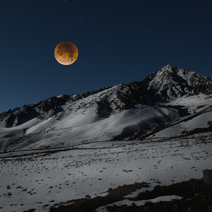 Tranquil Scene「Super blue blood moon over Sierra Nevada Mountain range, California, America, USA」:スマホ壁紙(5)