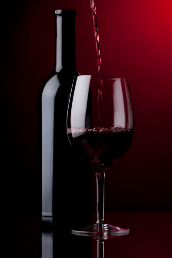 Red Background「Pouring red wine」:スマホ壁紙(11)