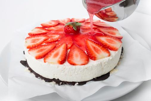 半透明「Pouring red cake glaze on strawberry cream cheese tart」:スマホ壁紙(7)