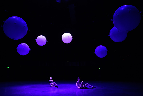 Carl flock「New Installation Of Flock Of Mirrored Spheres At London's Roundhouse」:写真・画像(7)[壁紙.com]