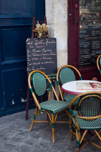 France「Cafe table with cane chairs in Paris, France」:スマホ壁紙(2)