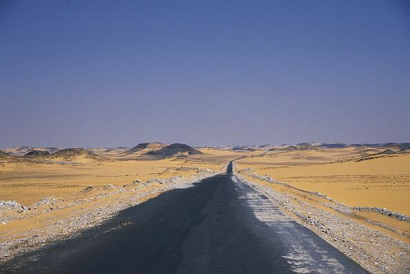 簡素「Road crossing Nubian desert, Egypt」:写真・画像(16)[壁紙.com]