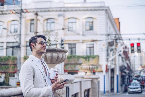 ファッションモデル「ダウンタウンのスーツで魅力的な男」:スマホ壁紙(4)