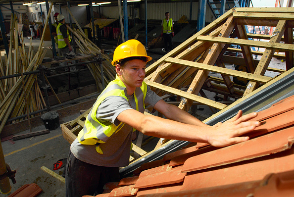 Construction Industry「Trainee working on roofing, UK」:写真・画像(3)[壁紙.com]