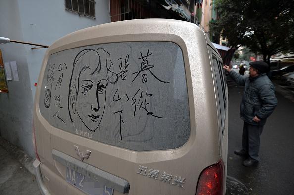 Tradition「Retired Art Teacher Draws On Dusty Car Window」:写真・画像(16)[壁紙.com]