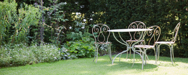 Panoramic「Garden table and chairs in backyard」:スマホ壁紙(15)