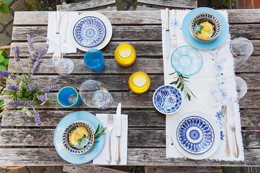 Place Setting「Garden table laid with colorful plates and bowls」:スマホ壁紙(13)