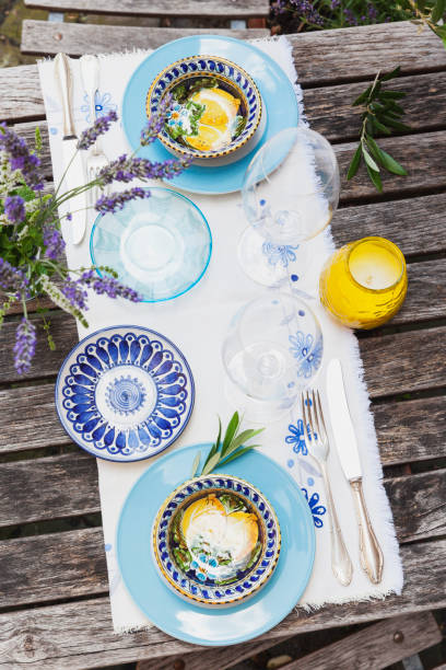 Garden table laid with colorful plates and bowls:スマホ壁紙(壁紙.com)