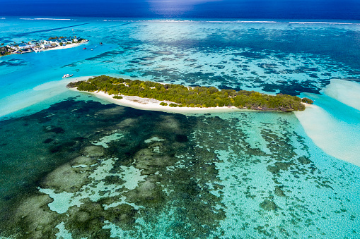 South Male Atoll「Maldives, South Male Atoll, Kaafu Atoll, Aerial view of small island and reef」:スマホ壁紙(19)