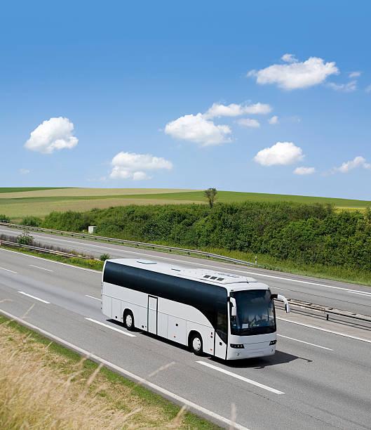 Bus on driving on german highway:スマホ壁紙(壁紙.com)