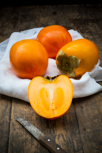 柿の木「Kaki fruits on white cloth」:スマホ壁紙(9)