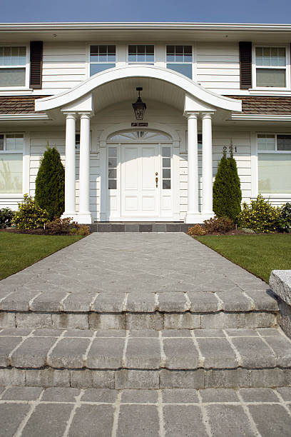 Paved steps leading to porch and front door of suburban house:スマホ壁紙(壁紙.com)
