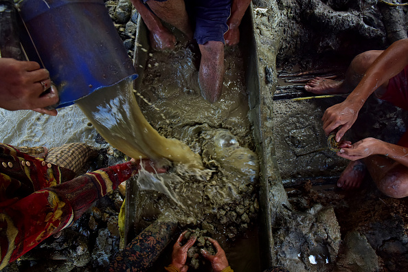 Finance and Economy「Filipino Workers Dive For Gold At Hazardous Small-Scale Mines」:写真・画像(2)[壁紙.com]